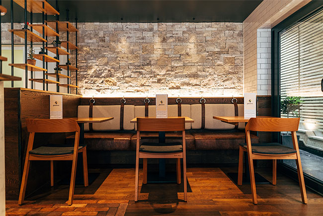 Our designers utilised the stone clad wall, also featured in the restaurant, drawing an inspiration from the ancient Alhambra walls of Granada, Quirosa family roots.