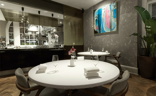 Michelin star restaurant open kitchen in Da Terra restaurant by Rafael Cagali